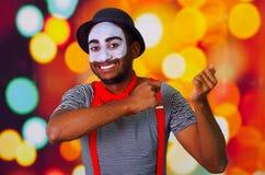 Pantomimmannen som bär ansikts- målarfärg som poserar för kamera som använder räcker den påverkande varandra kroppsspråket, oskar Arkivbild
