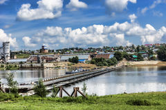 Pantone bro Sikt av staden Birsk Royaltyfria Bilder