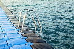 Pantone Fechten des Strandes Pier von Dive Station lizenzfreies stockbild