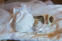 Pantoufle, sac à main et perles de la jeune mariée à Kazan, Russie photographie stock