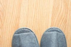 Pantoufle sur le plancher en bois Photo stock
