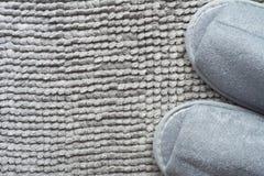 Pantoufle sur le tapis gris Photo stock