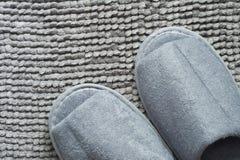 Pantoufle sur le tapis gris Photos libres de droits