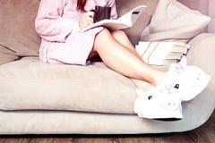 Pantoufles à la mode pelucheuses de licorne images libres de droits