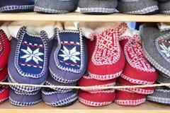 Pantoufles colorées placées sur l'étagère Image libre de droits