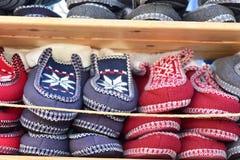 Pantoufles colorées placées sur l'étagère Images libres de droits