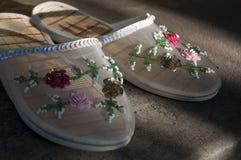 Pantoufles d'été avec les fleurs colorées multi là-dessus Image stock