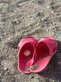 Pantoufles de plage sur une plage Photos libres de droits