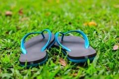 pantoufles en caoutchouc sur la pelouse Photographie stock
