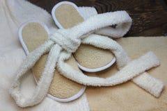 Pantoufles et peignoir de Bath photos stock