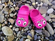 Pantoufles roses en caoutchouc de plage du ` s d'enfants Photo libre de droits