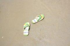 Pantoufles sur une plage Image libre de droits
