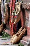 Pantoufles traditionnelles du Népal sur l'affichage Photographie stock libre de droits