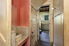 Pantry im alten verlassenen Haus lizenzfreies stockbild
