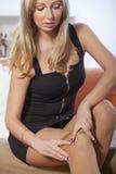 pantyhose φορώντας τη γυναίκα Στοκ Φωτογραφίες