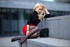 Κορίτσι με τα τέλεια πόδια στο pantyhose στο τετράγωνο πόλεων στοκ φωτογραφία