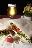 Panuozzo avec les tomates, l'arugula, le mozzarella et le fromage de Grana Photographie stock