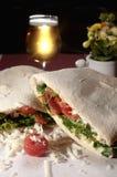 Panuozzo com tomates, rúcula, mussarela e queijo de Grana Fotografia de Stock