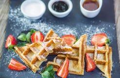 Panwiowy gofr dla śniadania z truskawkami kropić z sproszkowanym cukierem Obraz Royalty Free
