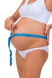 Panza de medición de la circunferencia con la cinta del metro Embarazo Vientre embarazado Imagen de archivo