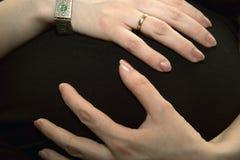 Panza de una mujer embarazada foto de archivo libre de regalías