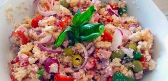 Panzanella är en Tuscan huggen av sallad av bröd och tomater som är populärt i sommaren arkivbilder