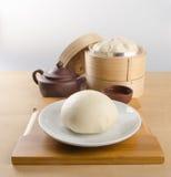 pao ή αμυδρό ποσό με το κινεζικό τσάι στο υπόβαθρο Στοκ Εικόνες