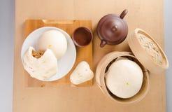 pao ή αμυδρό ποσό με το κινεζικό τσάι στο υπόβαθρο Στοκ φωτογραφία με δικαίωμα ελεύθερης χρήσης