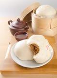 pao e chá chinês em um fundo imagens de stock royalty free