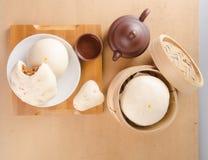 pao y té chino en un fondo fotografía de archivo libre de regalías