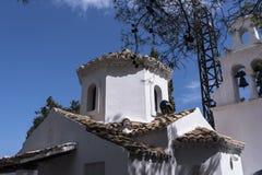 Paon sur la chapelle orthodoxe grecque sur l'île de souris sur l'île grecque de Corfou Photographie stock libre de droits