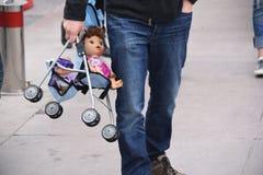 Papà Carry My Doll Fotografie Stock Libere da Diritti