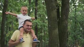 Papà che circonda un figlio sulle sue spalle stock footage