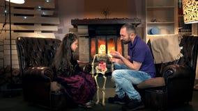 Papà che dice sua figlia circa la funzione delle costole in scheletro umano archivi video