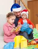 Papà con due figlie che fanno i mestieri fotografia stock