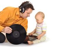 Papà con il bambino che gioca musica immagine stock libera da diritti