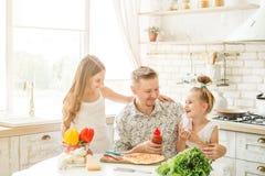 Papà con le figlie che preparano pizza Fotografia Stock Libera da Diritti