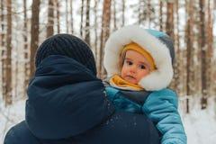 Papà con le sue passeggiate del figlio nell'inverno nel legno La famiglia cammina in natura nell'inverno Parco della neve della f immagini stock