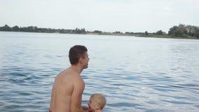Papà con nuoto del bambino stock footage