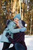 Papà con sua figlia nell'inverno nella foresta Fotografia Stock