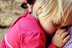Papà con un bambino addormentato fotografia stock