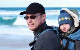 Papà con un piccolo bambino immagini stock libere da diritti
