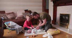 Papà d'aiuto cambiare il bambino archivi video