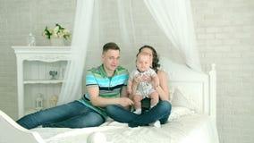Papà della mamma e bambino di 6 mesi Famiglia felice che gioca con un bambino Gioco della famiglia con l'infante video d archivio