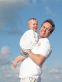 Papà e bambino che sorridono al sole Immagine Stock