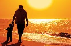 Papà e bambino sulla spiaggia fotografie stock