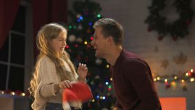 Papà e figlia felici divertendosi nella vigilia di natale, godente dell'atmosfera miracolosa video d archivio