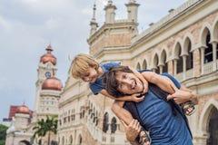 Papà e figlio su fondo di Sultan Abdul Samad Building in Kuala Lumpur, Malesia Viaggiando con il concetto dei bambini immagine stock
