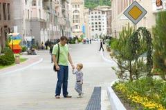 Papà e figlio su una camminata Immagini Stock