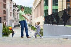 Papà e figlio su una camminata Fotografia Stock